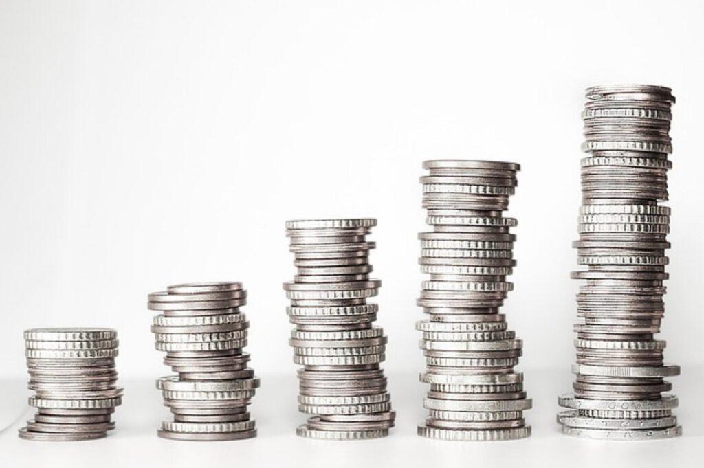 Czym różni się konto oszczędnościowe od lokaty?